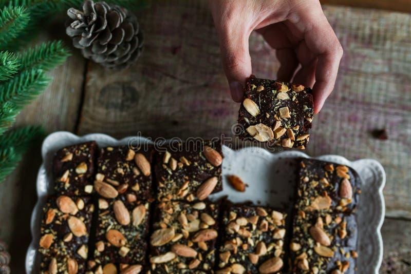 Schokoladenkuchen mit Kaffee und Mandeln lizenzfreie stockfotos