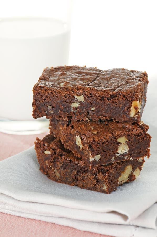Schokoladenkuchen mit Milch lizenzfreie stockbilder