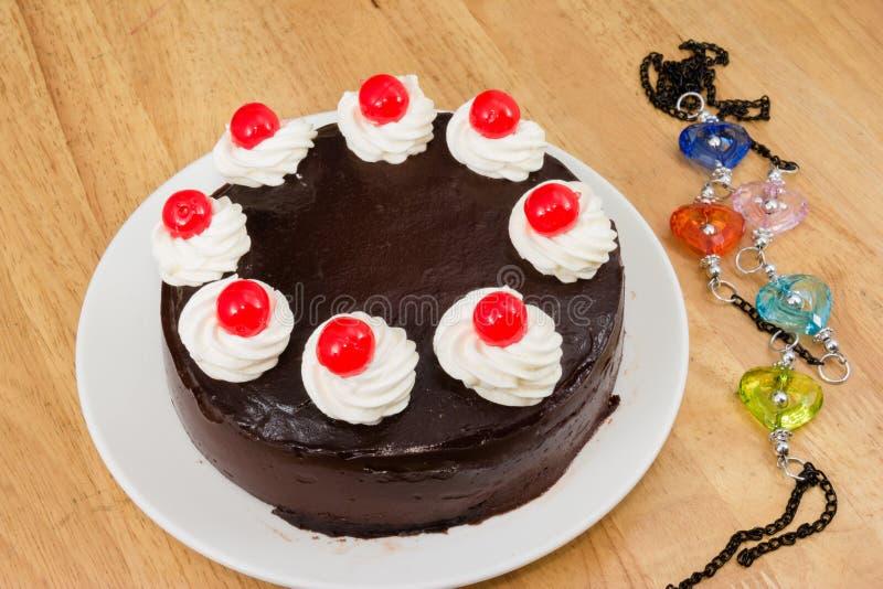 Schokoladenkuchen mit rotem Gelee stockfoto