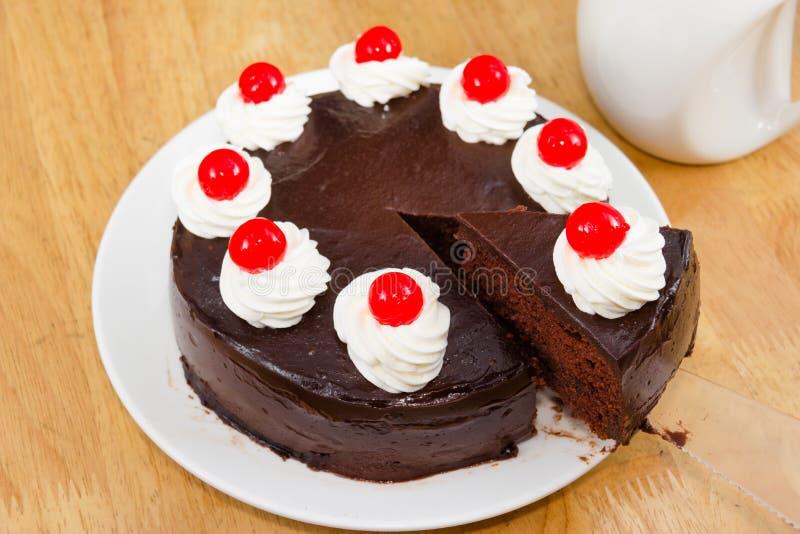 Schokoladenkuchen mit rotem Gelee stockbilder