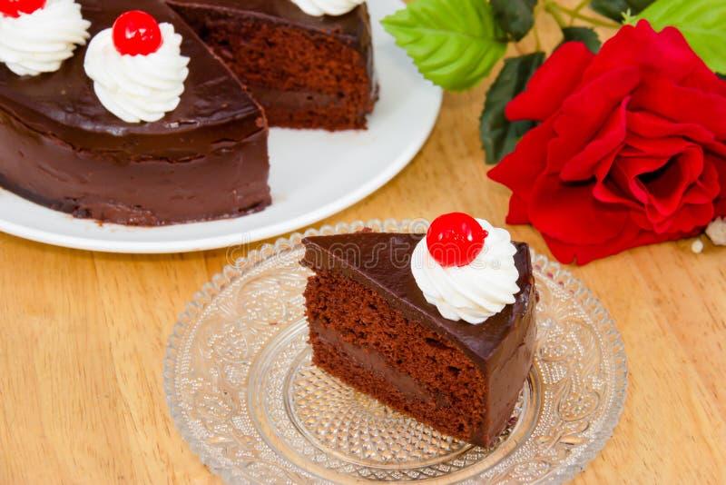 Schokoladenkuchen mit rotem Gelee stockbild