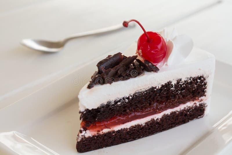Schokoladenkuchen mit kirschen und sahne