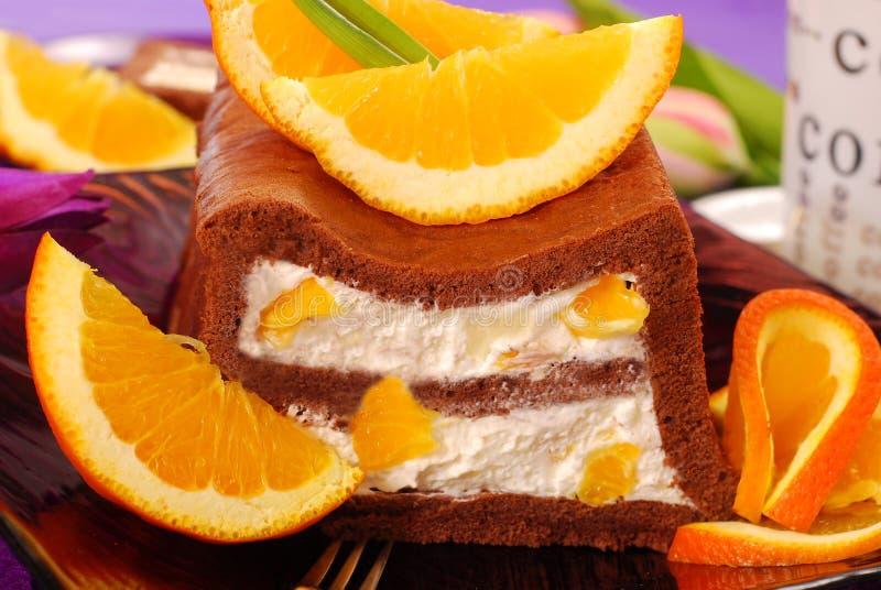 Schokoladenkuchen mit Sahne und Orangen stockfotografie