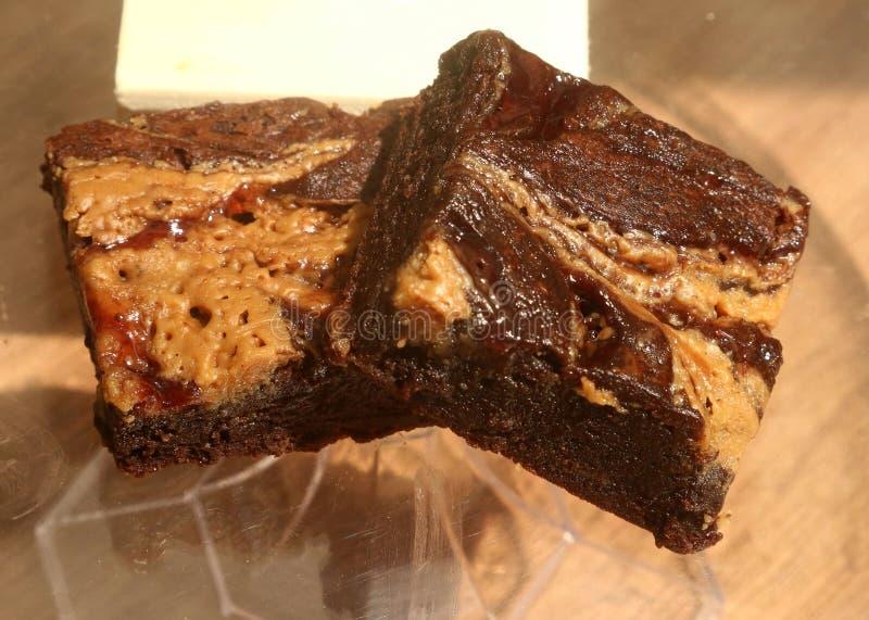 Schokoladenkuchen mit Schokolade, Erdnussbutter und Himbeerfüllung lizenzfreie stockfotografie