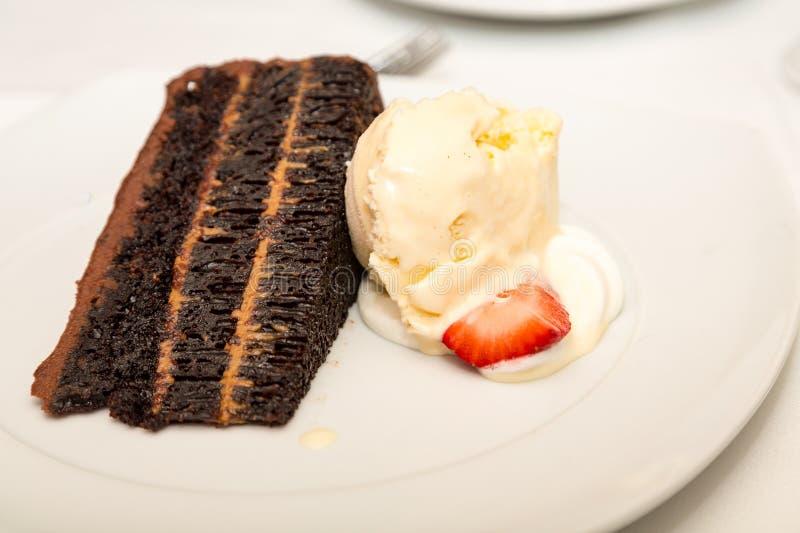 Schokoladenkuchen mit Vanilleeis lizenzfreies stockfoto