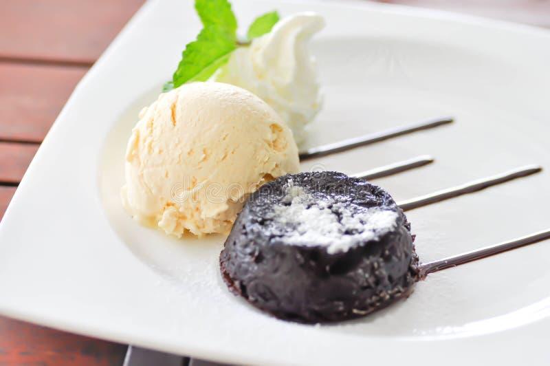 Schokoladenkuchen oder Schokoladenlavakuchen mit Eiscreme stockbilder