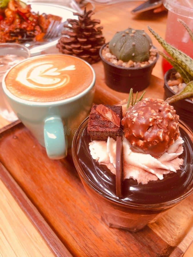 Schokoladenkuchen und Cappuccinokaffee lizenzfreie stockbilder