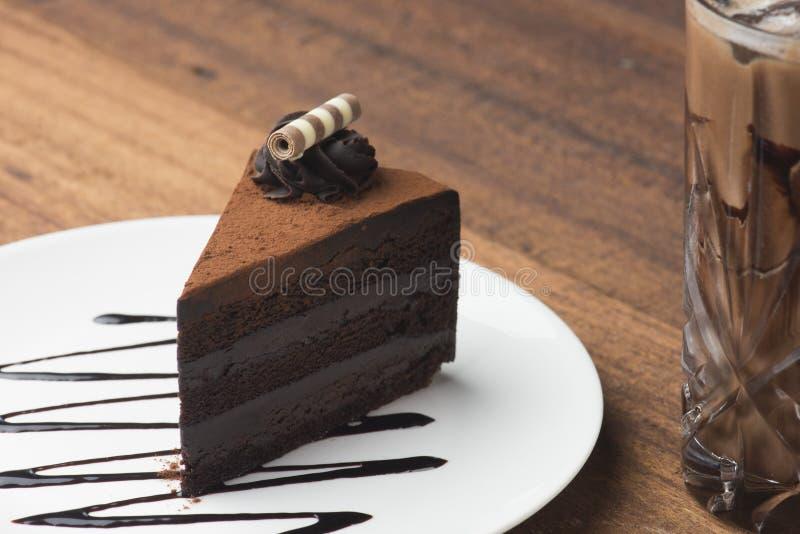 Schokoladenkuchen und gefrorener Kaffee stockfoto