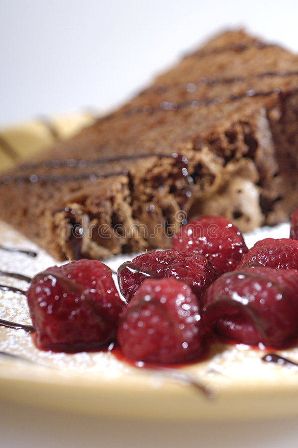 Schokoladenkuchen und -himbeeren lizenzfreie stockfotos