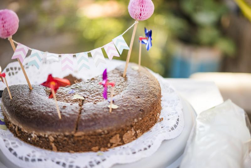 Schokoladenkuchen verziert für die Partei stockfotografie