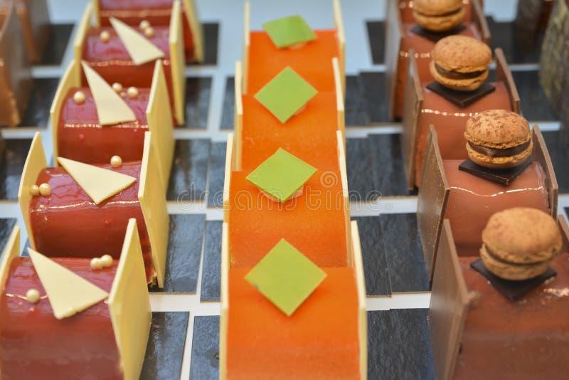 Schokoladenkuchen zeigen an einen Süßigkeitenshop in Frankreich an lizenzfreies stockfoto