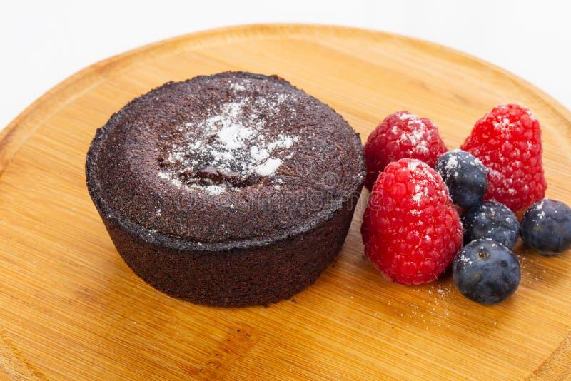 Schokoladenkuchenkuchen mit Beeren stockbild