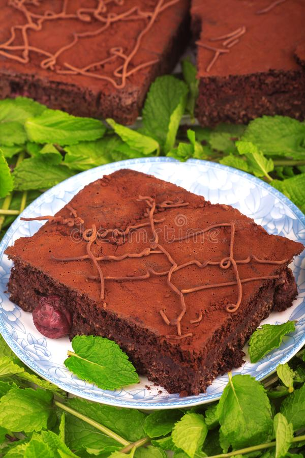 Schokoladenkuchenstapel, Nahaufnahmeschokoladen-Kakaokuchen mit Kirsche lizenzfreies stockbild