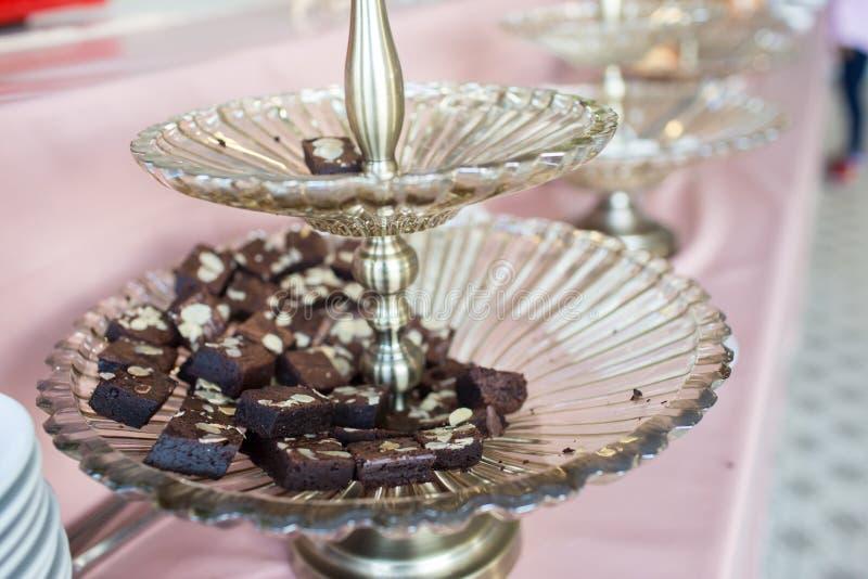 Schokoladenkuchenstapel, Nahaufnahmeschokoladenkuchen in der Platte auf rustikalem Holztisch stockfotos