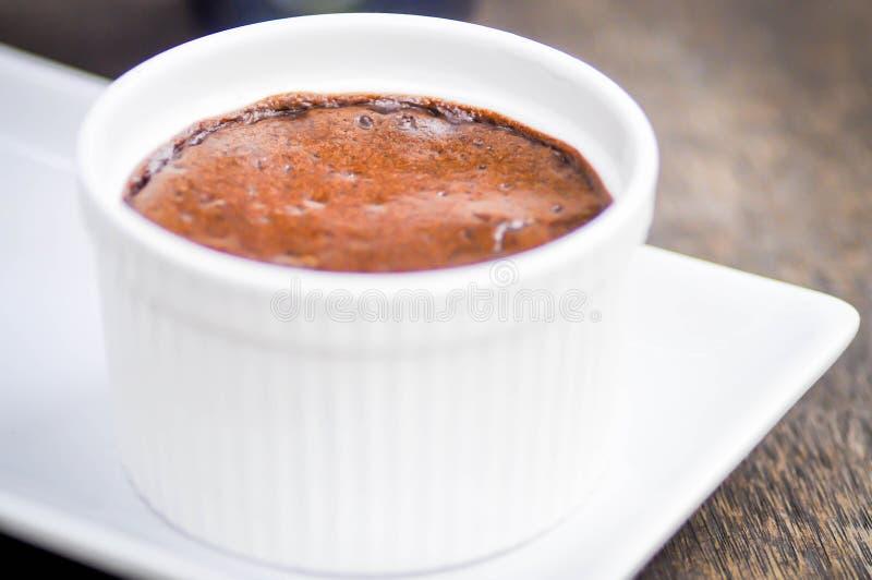 Schokoladenlavakuchen in einer Schale lizenzfreie stockfotos