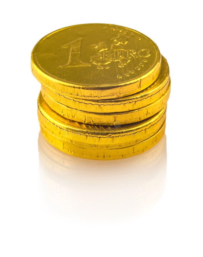 Schokoladenmünzen von 1 Euro auf Weiß stockbilder