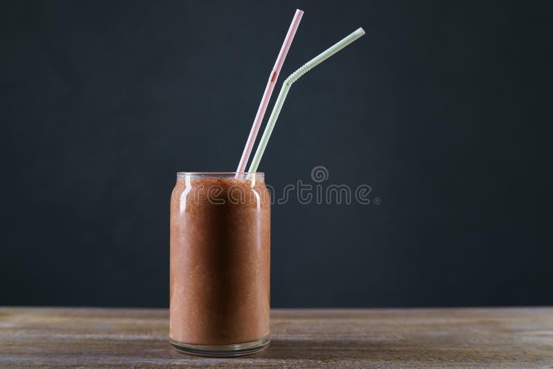 Schokoladenmilchshake auf Restauranttabelle, erneuerndes kaltes Getränk stockfotos