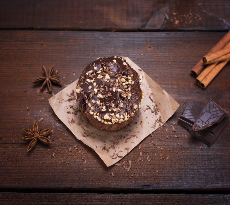 Schokoladenmuffin besprüht mit Nüssen lizenzfreies stockfoto