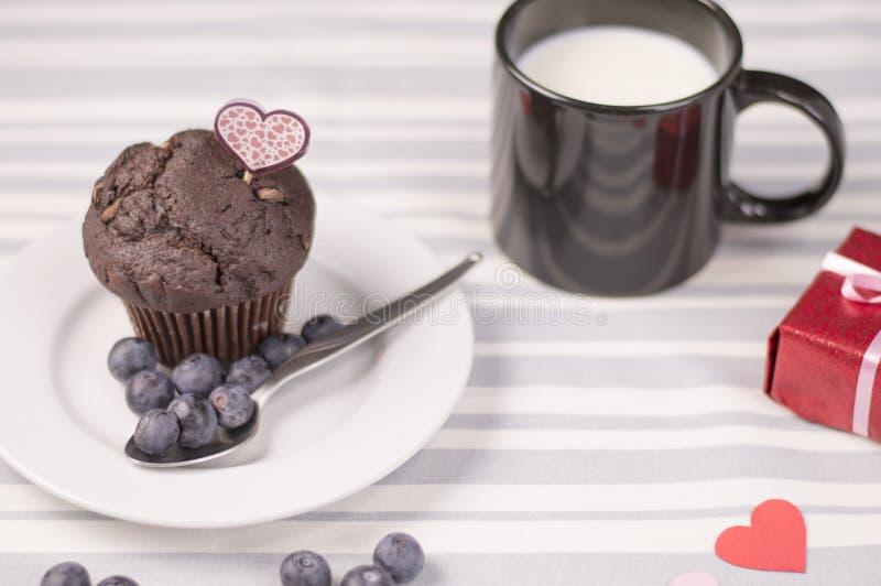 Schokoladenmuffin mit Milch lizenzfreies stockbild