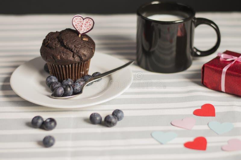 Schokoladenmuffin mit Milch stockfotos