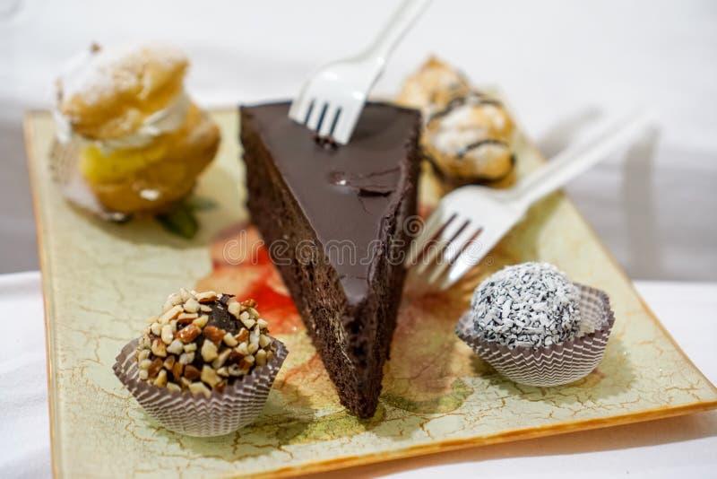 Schokoladennachtisch mit anderen Trüffeln stockbild