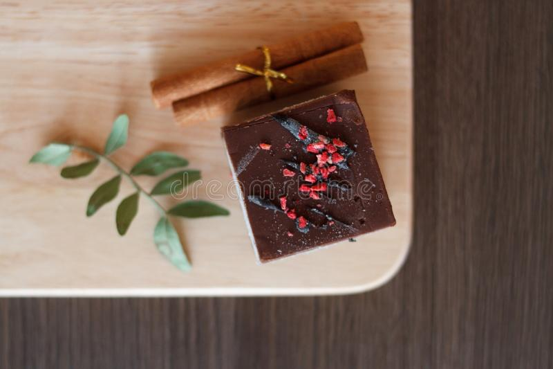 Schokoladennachtisch mit Belag und Zimtstangen und trockene Niederlassung lizenzfreie stockbilder