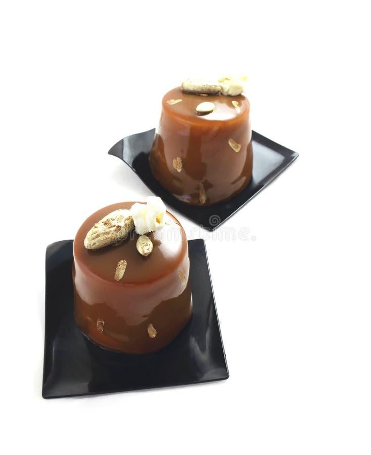 Schokoladennachtische mit Kakaospitzen und -popcorn stockbild