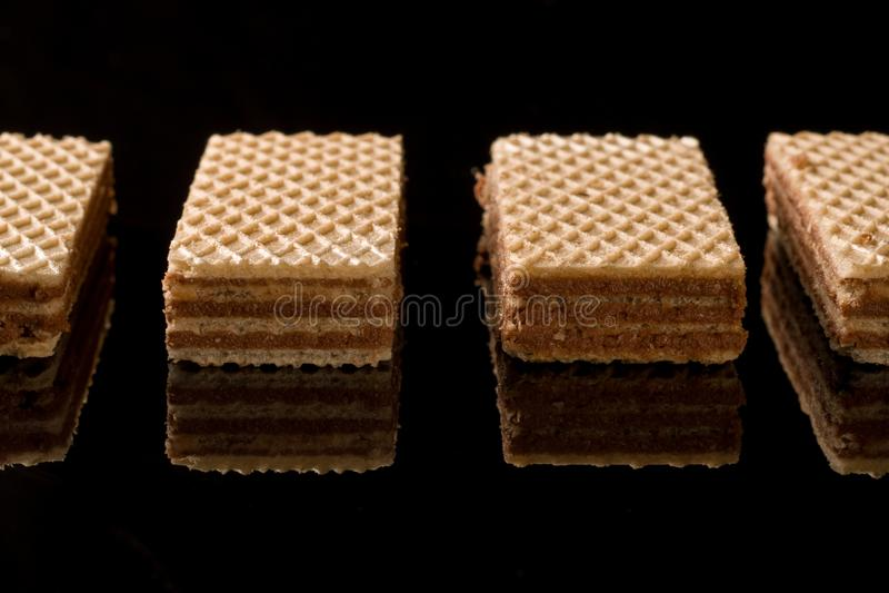 Schokoladenoblaten auf dem schwarzen Hintergrund lizenzfreies stockbild