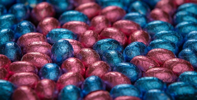 SchokoladenOstereier, die ein stehendes Ei umgeben lizenzfreie stockfotos