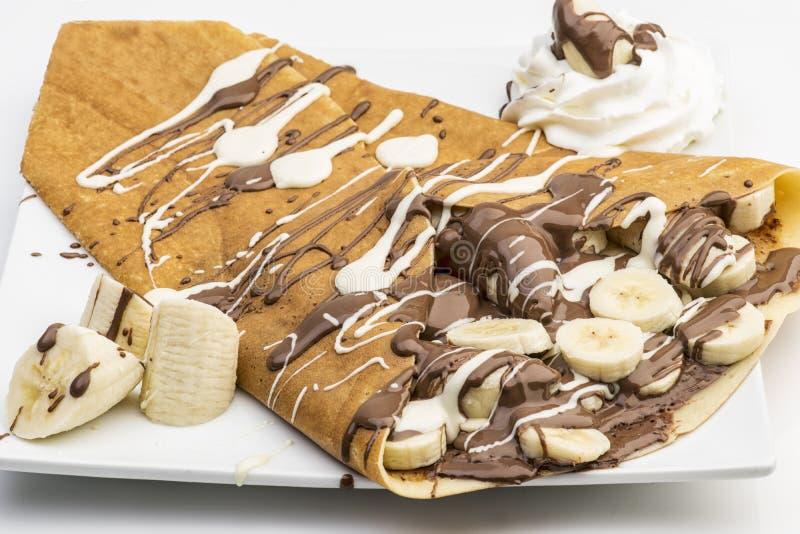 Schokoladenpfannkuchen mit den Erdbeeren, Bananen und Eiscreme lokalisiert auf weißem Hintergrund lizenzfreies stockfoto