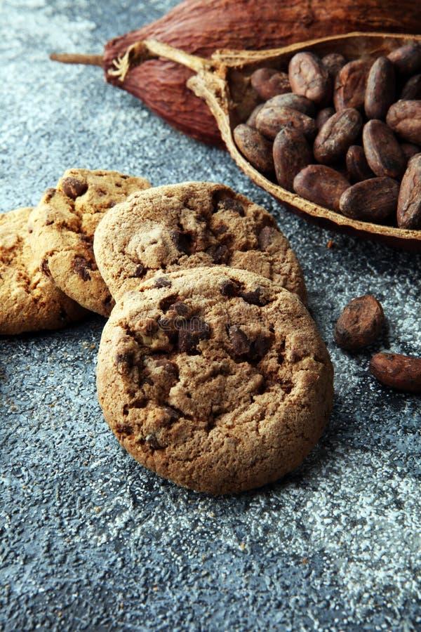 Schokoladenplätzchen auf grauer Tabelle Schokoladensplitterplätzchenschuß lizenzfreie stockfotografie