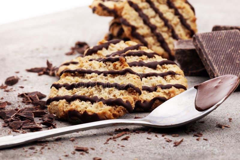 Schokoladenplätzchen auf Steintabelle Schokoladensplitterplätzchenschuß stockfotografie