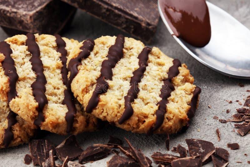 Schokoladenplätzchen auf Steintabelle Schokoladensplitterplätzchenschuß lizenzfreies stockbild