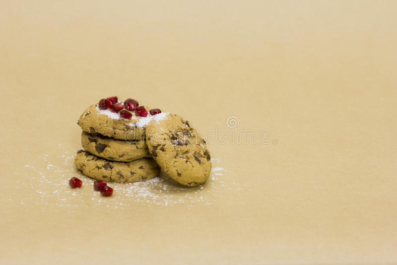 Schokoladenplätzchen ausgebaggert mit Granatapfel lizenzfreie stockfotografie