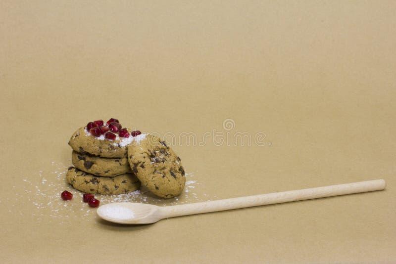 Schokoladenplätzchen ausgebaggert mit Granatapfel und Kokosnuss stockfotografie