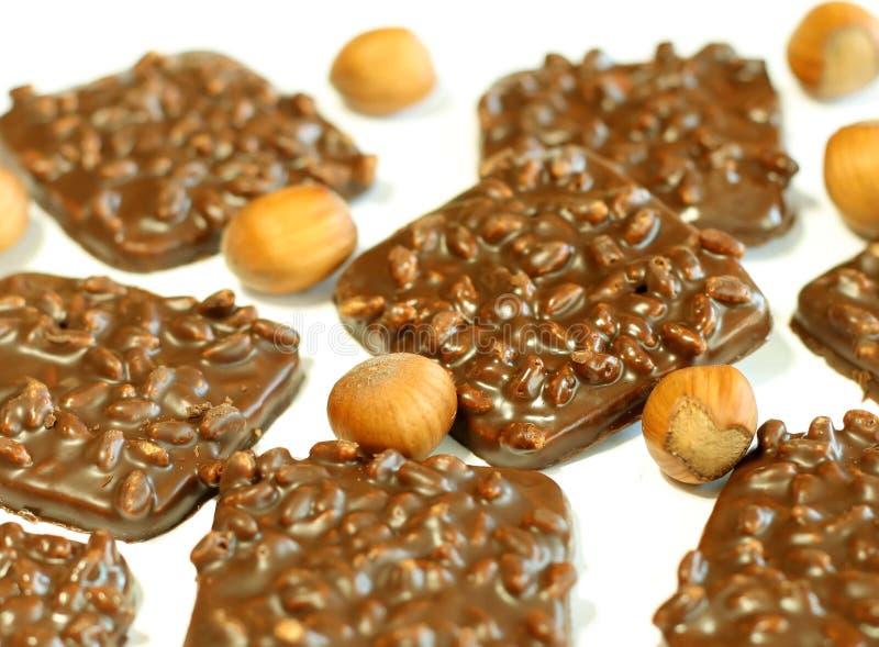 Schokoladenplätzchen mit Muttern auf Weiß lizenzfreie stockfotografie