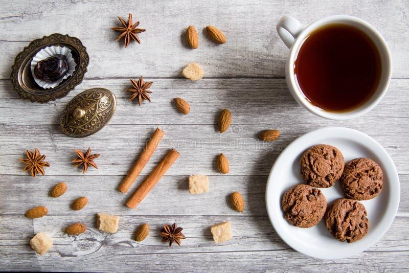 Schokoladenplätzchen mit schwarzem Tee, Nüsse, Mandeln, Anis spielt, Br die Hauptrolle stockfoto
