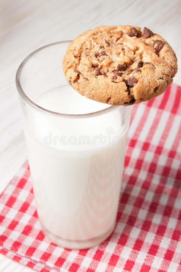 Schokoladenplätzchen und Glas Milch stockfoto