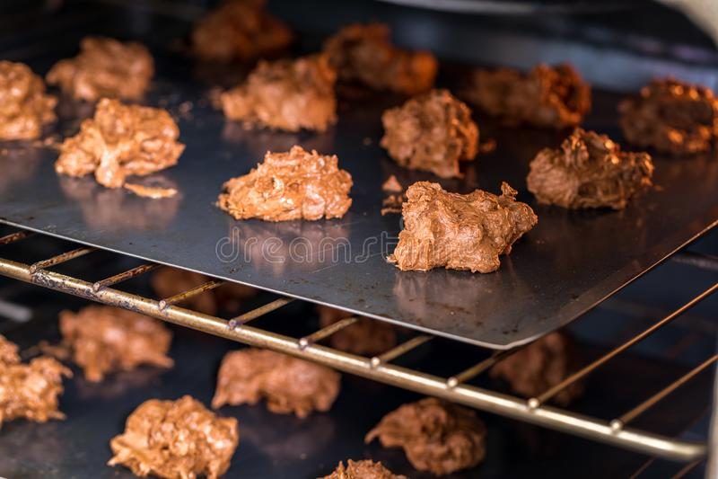 Schokoladenplätzchenmischung, backende Formen und Bonbon schmücken auf weißem Hintergrund stockfotos