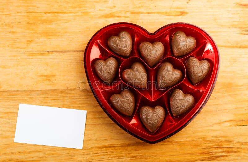 Schokoladenpralinen im roten Herzformkasten lizenzfreies stockfoto