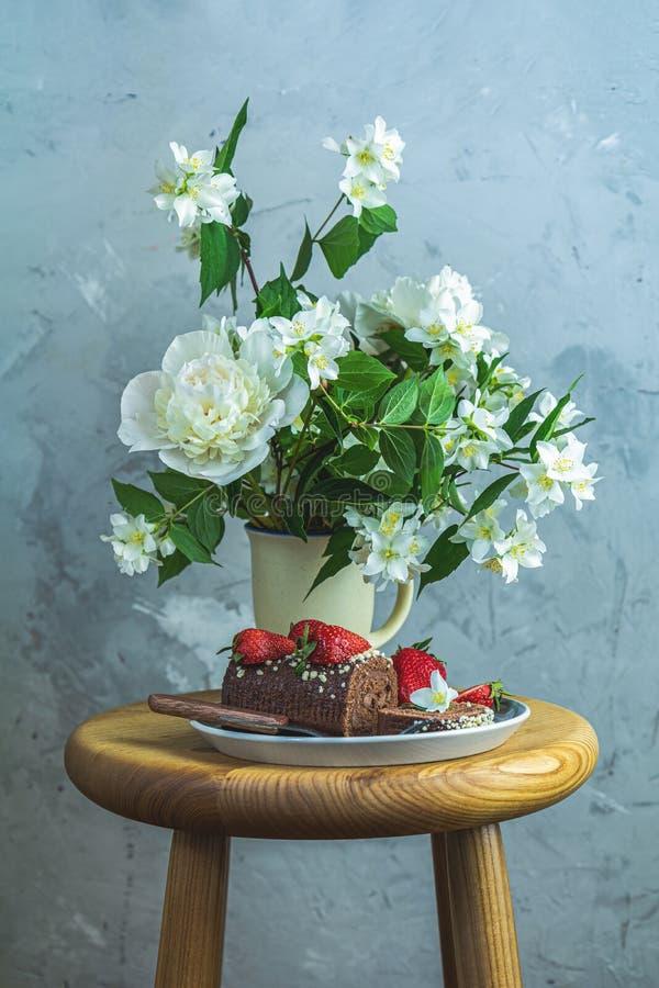 Schokoladenrollenkuchen mit frischen Erdbeeren lizenzfreie stockbilder