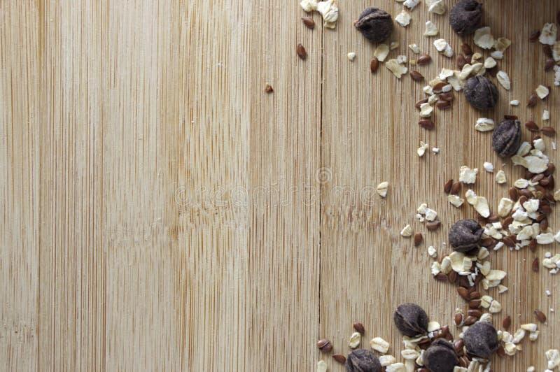 Schokoladenschiffe, Hafer, Samen auf h?lzernem Hintergrund lizenzfreies stockbild
