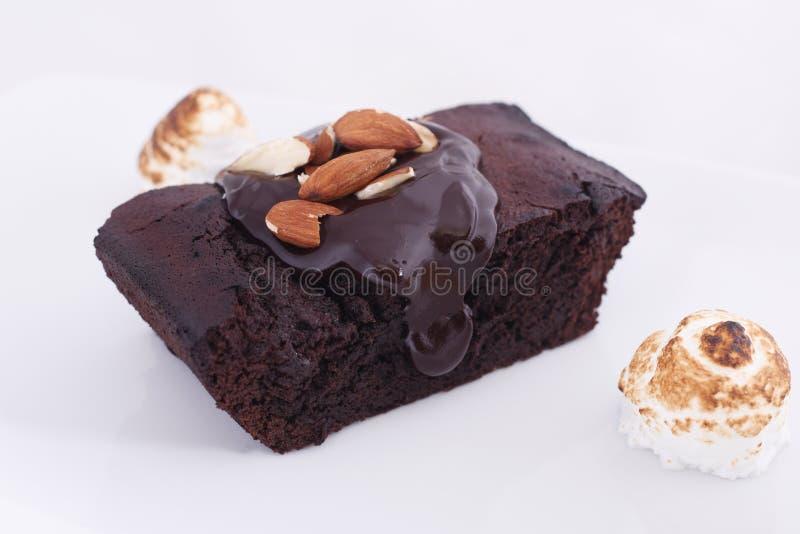 Schokoladenschokoladenkuchen auf dem weißen Hintergrund lizenzfreie stockfotografie