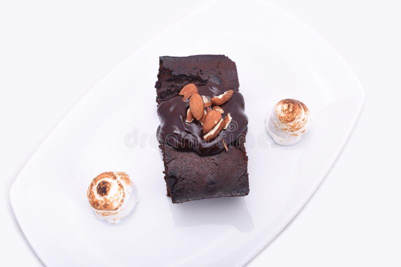 Schokoladenschokoladenkuchen auf dem weißen Hintergrund lizenzfreie stockbilder