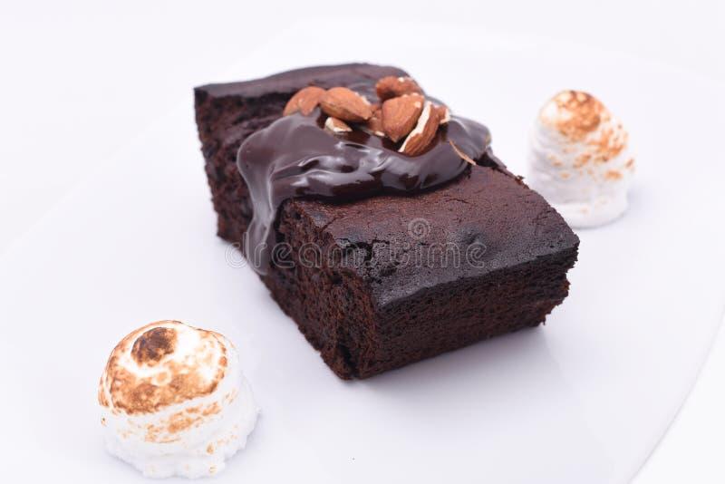 Schokoladenschokoladenkuchen auf dem weißen Hintergrund stockfoto