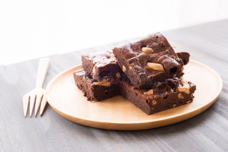 Schokoladenschokoladenkuchen mit Acajounüssen auf hölzernem Hintergrund lizenzfreie stockfotos