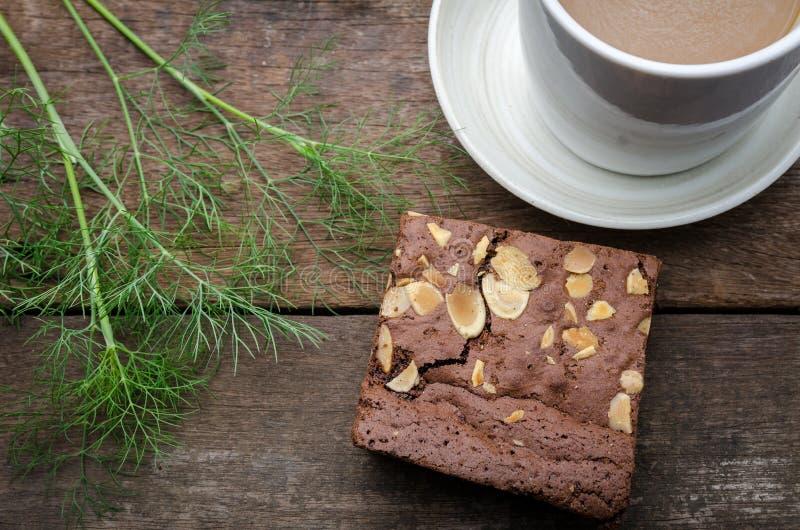 Schokoladenschokoladenkuchen mit den Scheiben nuts lizenzfreie stockfotos