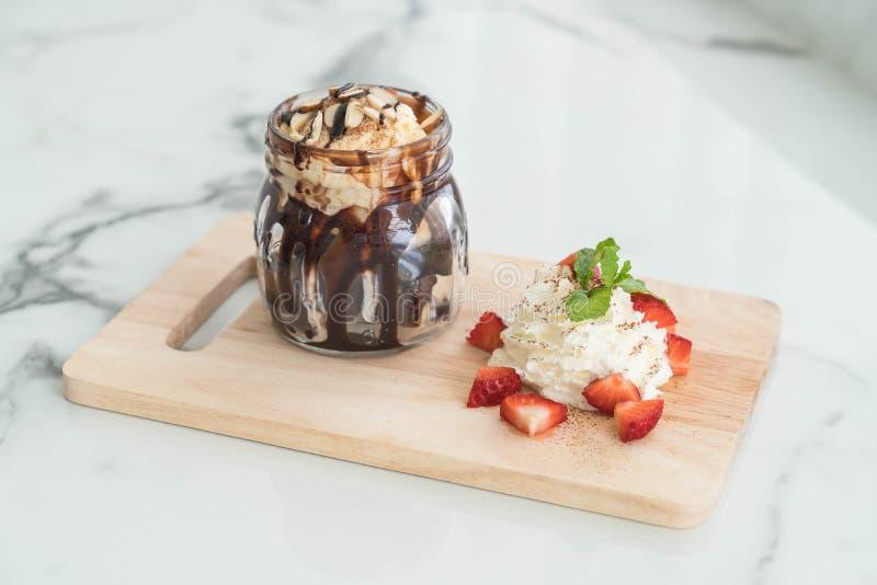Schokoladenschokoladenkuchen mit Vanilleeis lizenzfreie stockfotografie