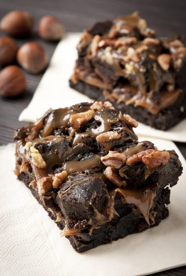 Schokoladenschokoladenkuchenkaramelsoße und -muttern stockfotografie