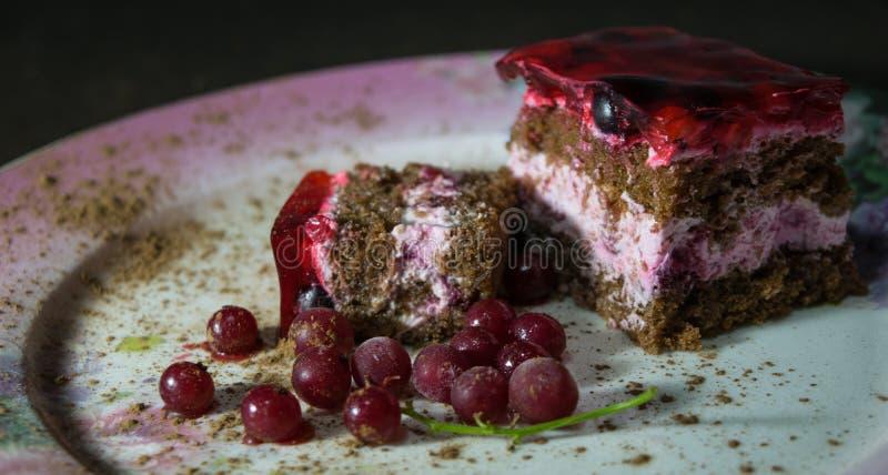 Schokoladenschwammkuchen mit Buttercreme, rotem Gelee und Beeren r lizenzfreie stockfotos